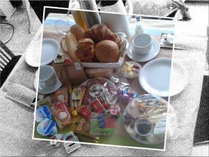 gevulde ontbijttafel te landskouter