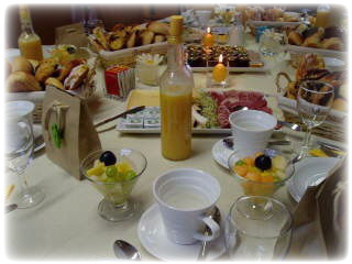 Gezonde ontbijttafel vers fruit en smoothie