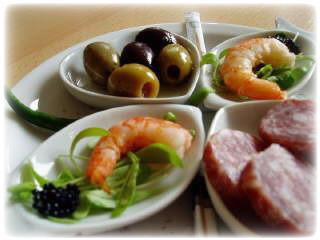 Tapas apérobordje met olijven en crevettes