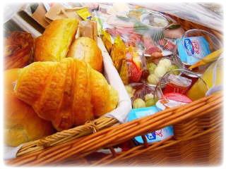 Ontbijtmand met heerlijk geurende croissants