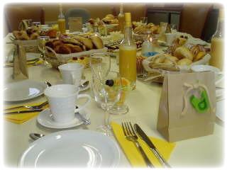 Mooi gedekte ontbijttafel Le Gout Mattina